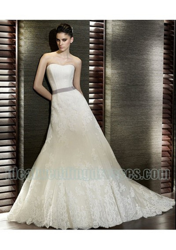a line wedding dress picture with skirt appliques