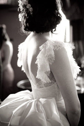 romantic wedding dress picture with back bow